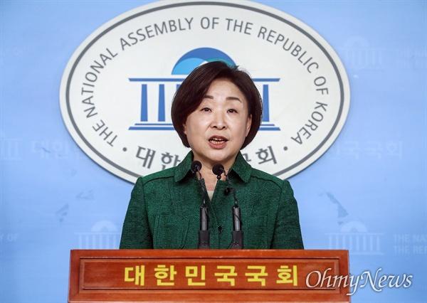 심상정 정의당 대표가 18일 오전 서울 여의도 국회 정론관에서 기자회견을 열어 국회의원 세비삭감 법안 발의에 대해 취지를 설명하고 있다.