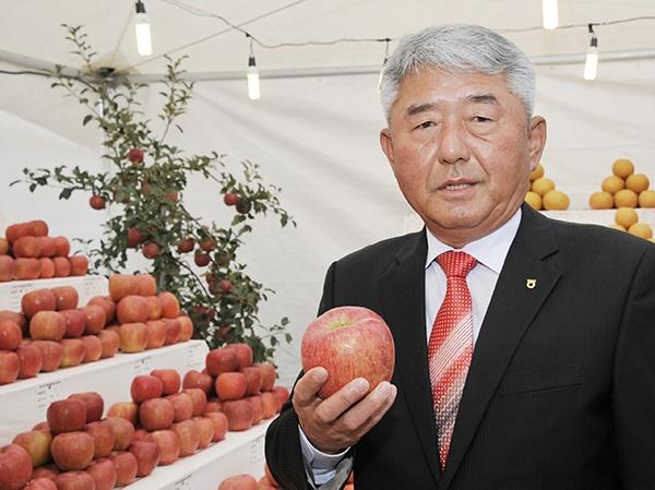 권오영 조합장이 지난 2일 열린 사과축제장에서 예산사과의 특징을 설명하고 있다.