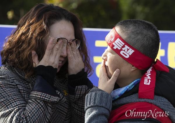 전교조 법외노조 취소, 해고자 원직복직, 노동법 개악 저지를 요구하며 18일 오후 정부서울청사 부근에서 삭발한 전교조 법외노조 해고자와 동료가 눈물을 흘리고 있다.