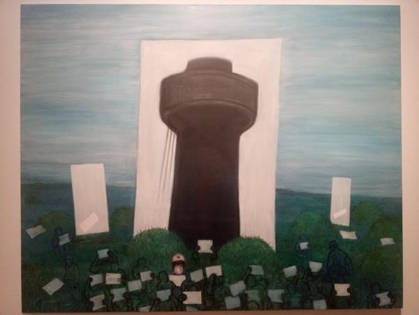 기념비 자리2 검은 탑은 지난 2012년 평택 쌍용자동차 공장의 송전탑 고공농성을 떠올리게 한다. 작년 태안화력발전소에서 참변으로 숨진 비정규직 노동자 고(故) 김용균씨의 얼굴도 함께 보인다. - 학고재 갤러리