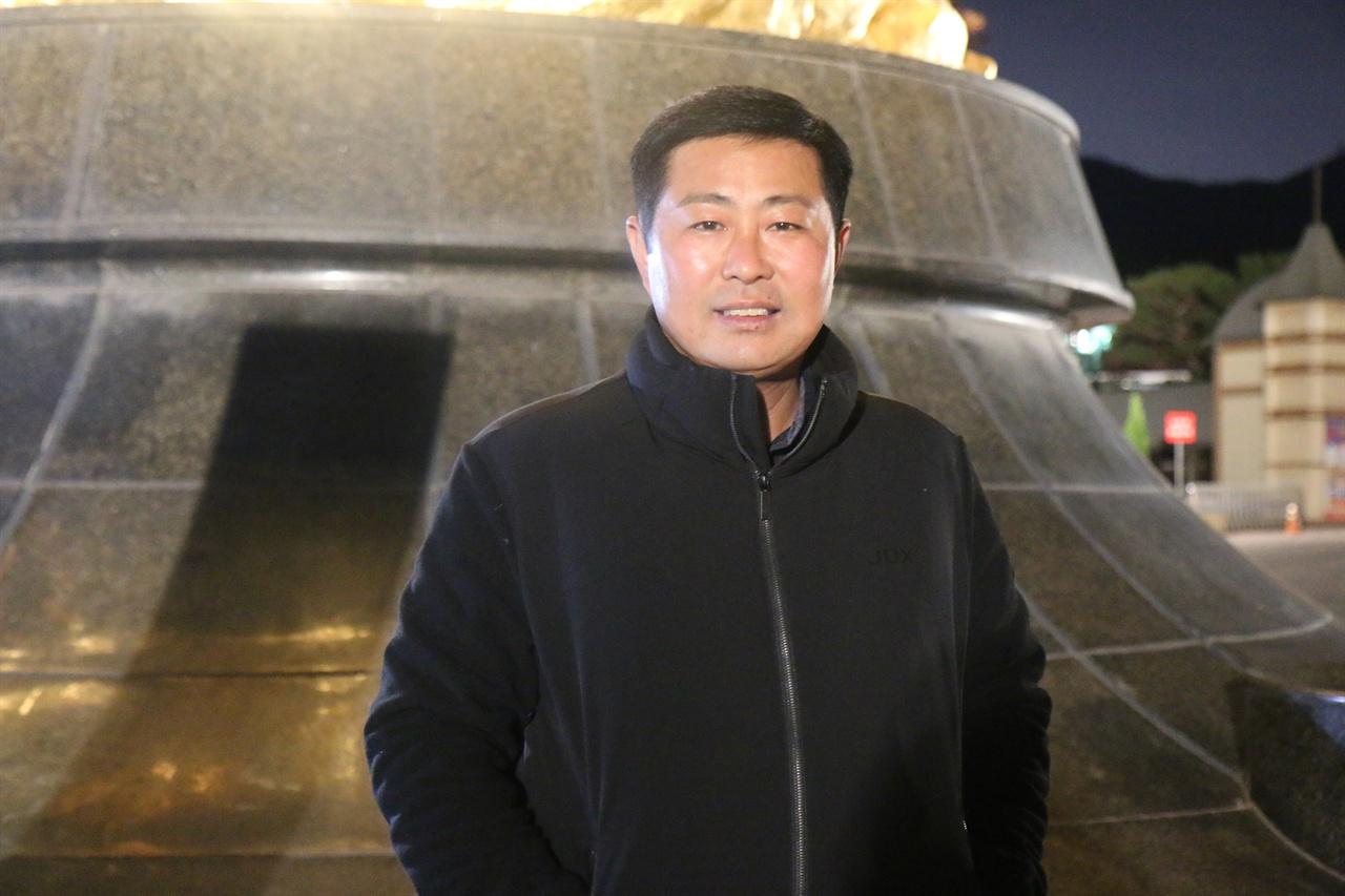 박재우 조교사 황금마상 앞에서 환하게 웃는다.