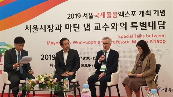 박원순 서울 시장(왼쪽 두번째)이 18일 서울 동대문디자인플라자(DDP)에서 열린 2019 서울 국제돌봄엑스포에서 마틴 냅 교수(오른쪽 두번째)와 특별대담을 하고 있다.