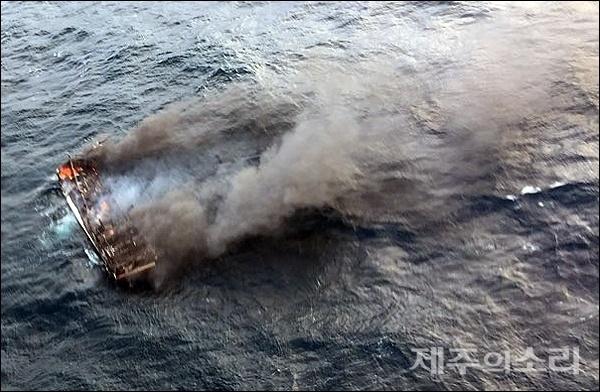 19일 제주 차귀도 인근 해역에서 어선에 화재가 났다는 신고를 받고 해경이 출동해 발견했지만 승선원의 생존여부는 확인되지 않고 있다.