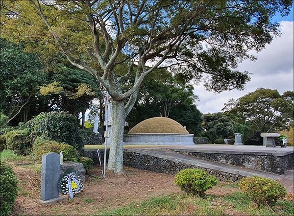 천주교 순교자 묘역과 강평국 지사 추도비 오른쪽 큰 봉분은 천주교 순교자 묘역이고 왼쪽 나무 옆에 작은 추도비가 강평국 지사 추도비다.