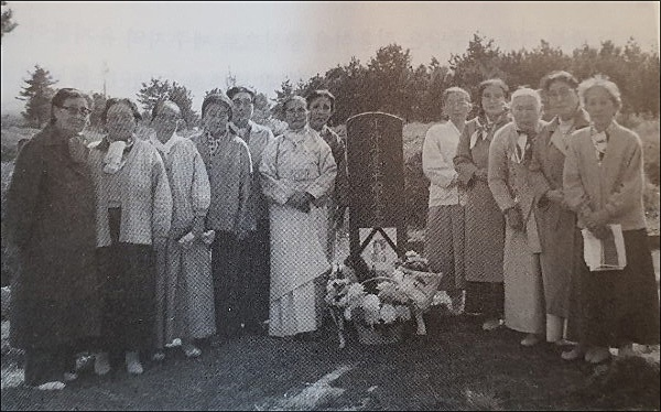 강평국 지사 추도비를 세운 사람들   1981년 11월 10일, 강평국 지사와 절친했던 고수선 지사 등 친구, 후배, 동료 등 16명이 함께 강평국 지사 추도비를 세우고 찍은 사진.