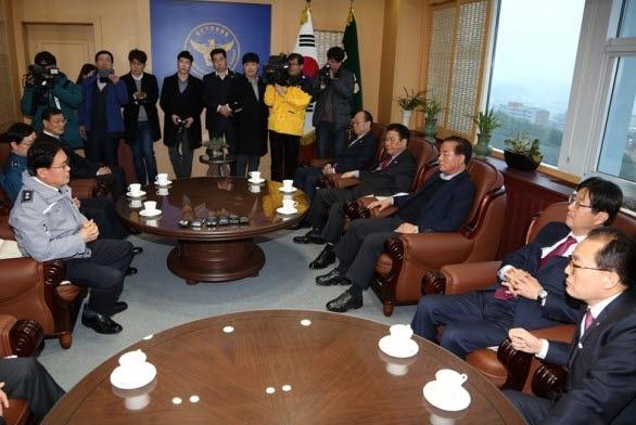 2018년 3월 21일 울산지방경찰청을 방문해 황운하(왼쪽) 청장에 항의하고 있는 이채익 의원(오른쪽)과 정갑윤 의원(오른쪽 3번째) 등 한국당 의원들