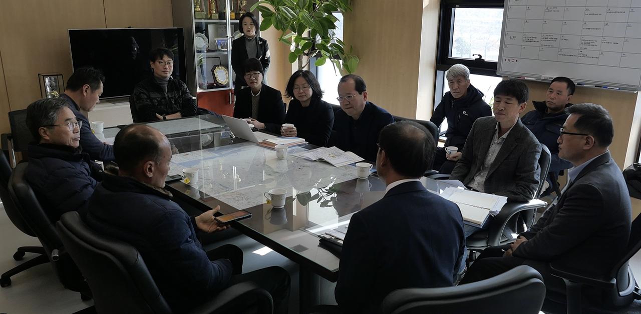천안 일봉산지키기주민대책위가 19일 오전 김종률 금강유역환경청장에게 환경영향평가 부동의를 요청하고 있다.