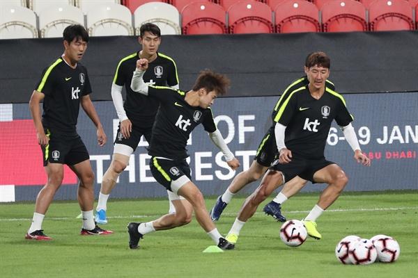 남미 최강 브라질 대표팀과의 친선 경기를 치르는 축구대표팀의 김진수, 정우영 등 선수들이 18일(한국시간) 아랍에미리트(UAE) 아부다비의 모하메드 빈 자예드 스타디움에서 진행된 최종 훈련에서 패스게임을 하며 몸을 풀고 있다.