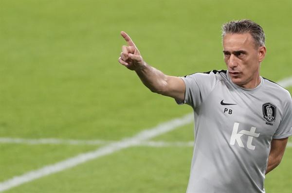 남미 최강 브라질 대표팀과의 친선 경기를 치르는 축구대표팀의 파울루 벤투 감독이 18일(한국시간) 아랍에미리트(UAE) 아부다비의 모하메드 빈 자예드 스타디움에서 최종 훈련을 지도하고 있다.