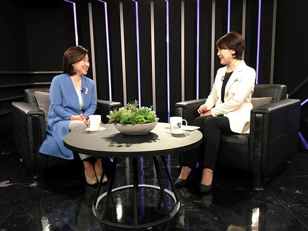 지난해 7월 SBS CNBC <제정임의 문답쇼 힘> 녹화 전 제정임 교수와 심상정 정의당 의윈이 담소를 나누고 있다.