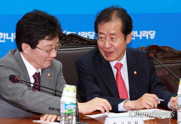 2011년 7월 6일 한나라당(현 자유한국당) 최고중진연석회의에 참석한 홍준표 당대표와 유승민 최고위원. 2019년 현재 홍준표 전 대표는 야인으로, 유승민 의원은 바른미래당에 있다.
