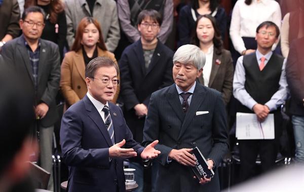 문재인 대통령이 19일 오후 서울 상암동 MBC에서 '국민이 묻는다, 2019 국민과의 대화'에 앞서 사회자인 가수 배철수 씨와 대화하고 있다.
