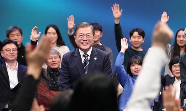 문재인 대통령이 19일 오후 서울 상암동 MBC에서 열린 '국민이 묻는다, 2019 국민과의 대화'에서 패널들의 질문을 받고 있다.