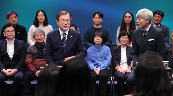 문재인 대통령이 19일 오후 서울 상암동 MBC에서 열린 '국민이 묻는다, 2019 국민과의 대화'에서 패널 질문에 답변하고 있다.