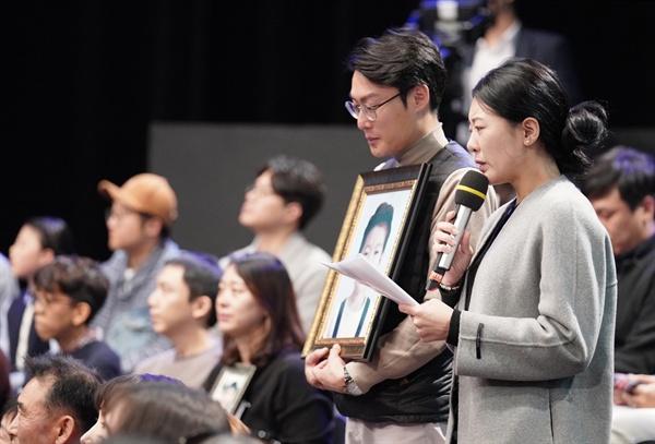 19일 오후 서울 상암동 MBC에서 열린 '국민이 묻는다, 2019 국민과의 대화'에서 고(故) 김민식 군의 부모가 문재인 대통령에게 질문하고 있다. 김 군은 지난 9월 충남 아산의 한 어린이보호구역에서 횡단보도를 건너던 중 교통사고를 당해 숨졌다. 국회는 어린이보호구역에 과속 단속 장비 설치 등을 의무화하는 '민식이법'을 발의했다.