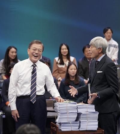 문재인 대통령이 19일 오후 서울 상암동 MBC에서 '국민이 묻는다, 2019 국민과의 대화' 종료 후 시간 관계상 받지 못한 질문지를 전달받고 있다.