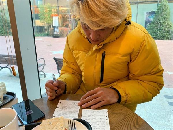 2019 국민과의 대화 참여 전 질문내용을 수정하며 정리하고 있는 김성묵씨. .