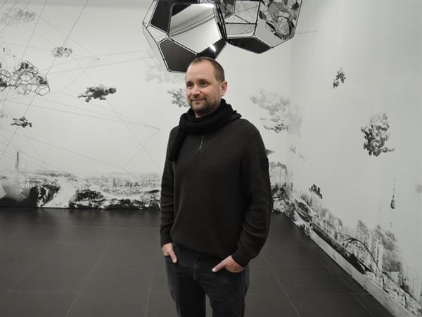 지하전시장 작품 앞에서 포즈를 위한 작가 사라세노
