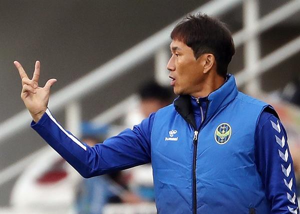 지난 10월 27일 수원 삼성과의 경기에서 작전 지시하는 유상철 감독.