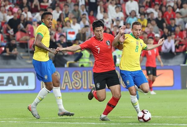 19일(현지시간) 아랍에미리트(UAE) 아부다비 모하메드 빈 자예드 스타디움에서 열린 한국과 브라질 축구 대표팀 평가전에서 손흥민이 돌파를 시도하고 있다.