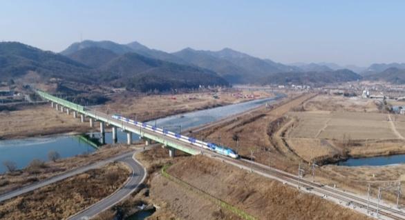 ktx 달리고 있는 고속열차