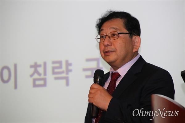 호사카 유지 세종대 교수가 지난 15일 대구 범어도서관에서 '일본의 보수와 그들의 대한정책'에 대한 강연을 했다. 이날 강연은 그의 저서 '아베, , 그는 왜 한국을 무너뜨리려 하는가'의 북콘서트에 대한 특강으로 진행됐다.
