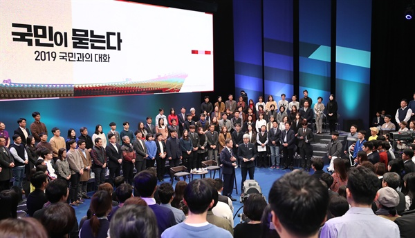 문 대통령, 국민과 대화 문재인 대통령이 19일 오후 서울 상암동 MBC에서 '국민이 묻는다, 2019 국민과의 대화'를 하고 있다.