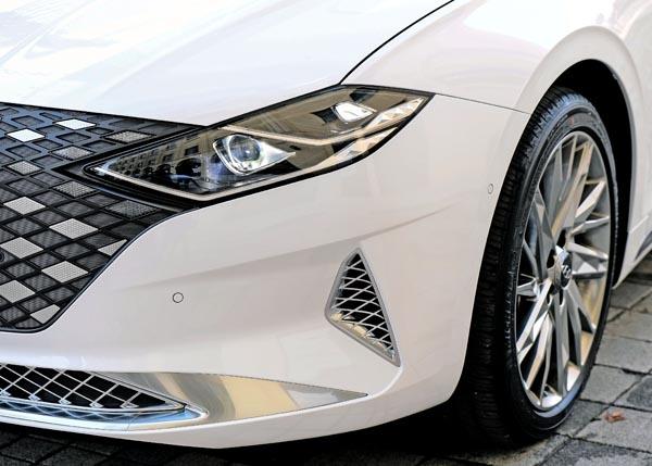 현대자동차 '더 뉴 그랜저'의 헤드램프.