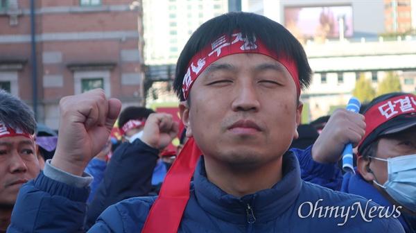 20일 총파업에 들어간 전국철도노동조합 소속의 철도노동자들이 서울역광장에서 총파업 출정식을 진행했다.