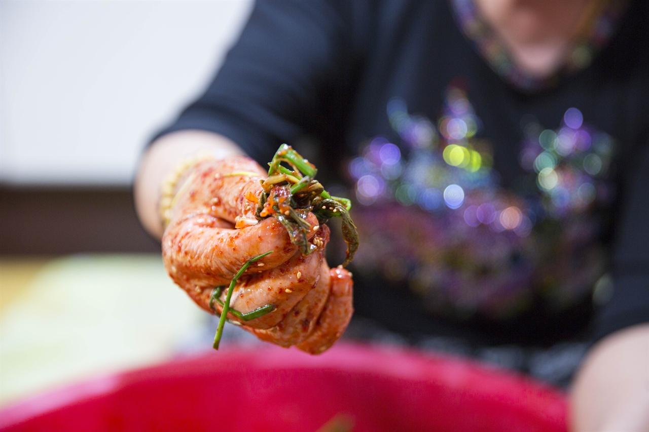 엄마의 늙은 손 주름투성이 엄마 손이  해 준 음식이 세상에서 제일 맛나다.
