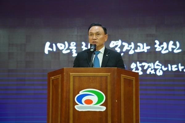 대법원 확정 판결로 시장직을 상실한 구본영 전 천안시장이 14일 이임사를 하고 있다.