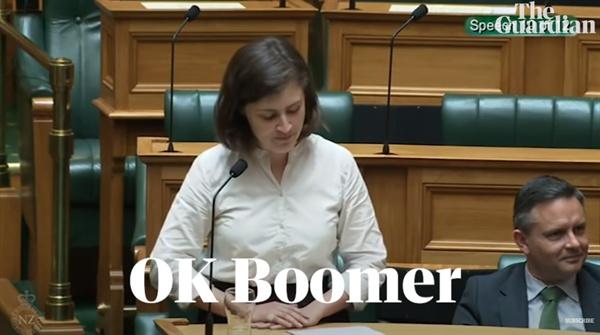 """뉴질랜드 녹색당 소속 클로이 스와브릭(25) 의원은 탄소 배출량 감축을 언급하면서 기성 정치가 기후 위기를 숨겨온 행태를 꼬집었다. 이에 주변에 있던 기성 의원들이 야유를 퍼붓자, 스와브릭 의원은 """"OK, Boomer(베이비부머, 알겠고요)""""라며 유쾌하게 대응했다."""