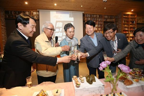 지난  5월 11일 전주영화제 폐막 리셉션에서 영화제 성공을 축하하고 있는 김승수 조직위원장과 이충직 집행위원장, 조직위원(이사) 및 영화제 관계자들