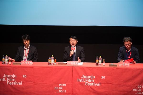 지난 5월 11일 전주영화제 결산 기자회견에서 영화제 성과를 설명하고 있는 이충직 집행위원장과 김영진 수석 프로그래머