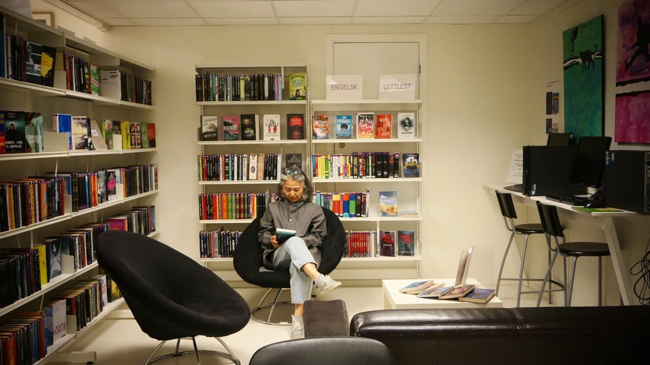 도서관 내부 곳곳에 편히 독서할 수 있는 편한 의자가 배치되어 있습니다.