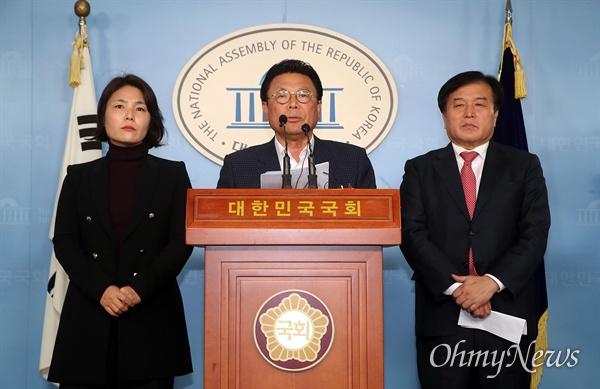 한국당 총선기획단장인 박맹우 사무총장이 21일 오후 서울 여의도 국회 정론관에서 기자회견을 열어 제21대 국회의원 선거를 앞두고 현역 의원 50%를 교체하기로 했다고 발표하고 있다.