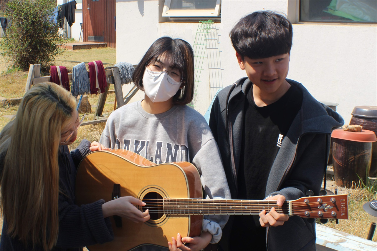 기타 하나에 셋이서 연주