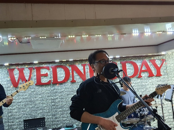 보컬과 기타를 맡고 있는 양완석 회장이 연습에 집중하고 있다.