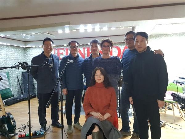 연습을 마친 후 한자리에 모인 수요밴드 회원들.