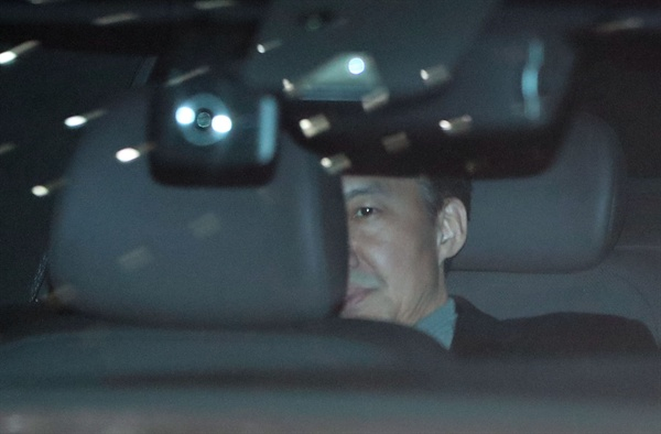 조국 전 법무부 장관이 21일 오후 서울 중앙지검에서 소환 조사를 마친 뒤 차량을 타고 밖으로 나서고 있다. 2019.11.21