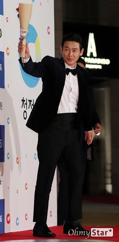 '청룡영화상' 설경구, 팬들을 위한 인사 배우 설경구가 21일 오후 인천 영종도의 한 호텔에서 열린 제40회 청룡영화상 시상식 레드카펫에 참석하고 있다.