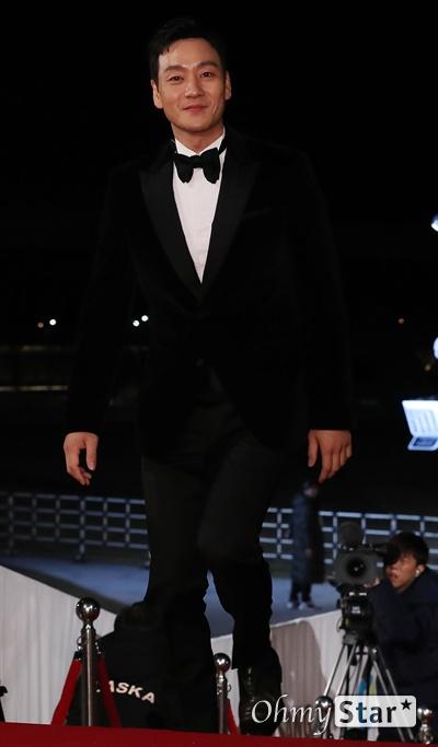 '청룡영화상' 박해수, 반짝이는 치아미소 배우 박해수가 21일 오후 인천 영종도의 한 호텔에서 열린 제40회 청룡영화상 시상식 레드카펫에 참석하고 있다.