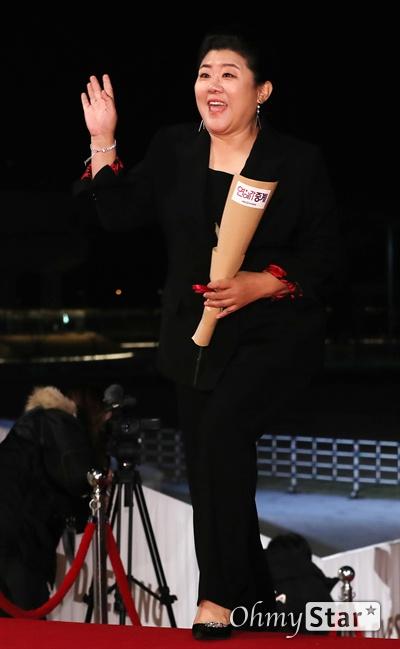 '청룡영화상' 이정은, 포근한 미소 배우 이정은이 21일 오후 인천 영종도의 한 호텔에서 열린 제40회 청룡영화상 시상식 레드카펫에 참석하고 있다.