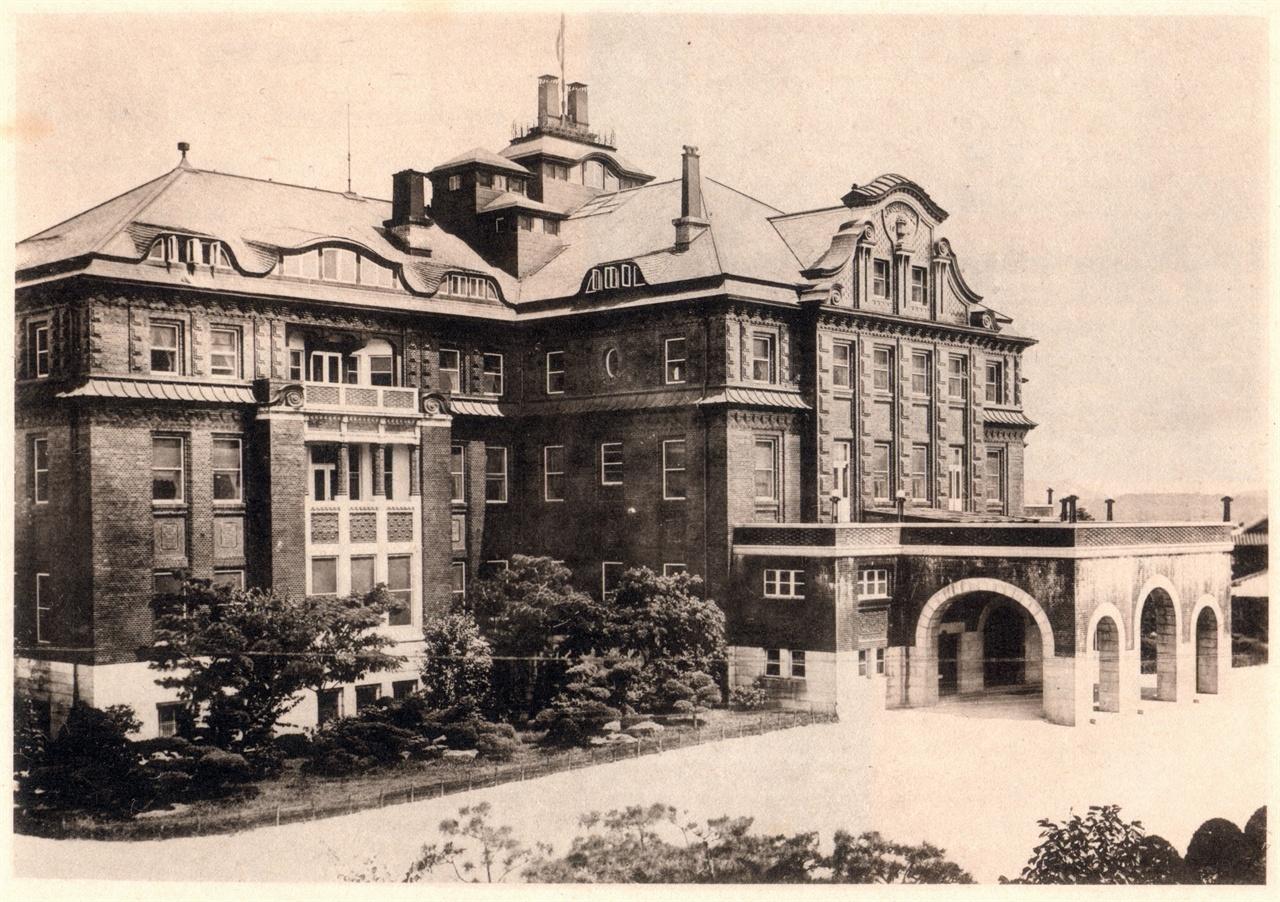 조선호텔 '철도호텔'이라 불리기도 한 조선호텔은 1914년 10월 10일 영업을 시작했다. 독일인 건축가 게오르그 데 라란데(George de Lalande)가 설계했다. 그는 경복궁에 건립한 조선총독부를 설계한 사람이기도 하다. 조선호텔은 '수직열차'라 불린 엘리베이터가 최초로 설치된 건물이다.