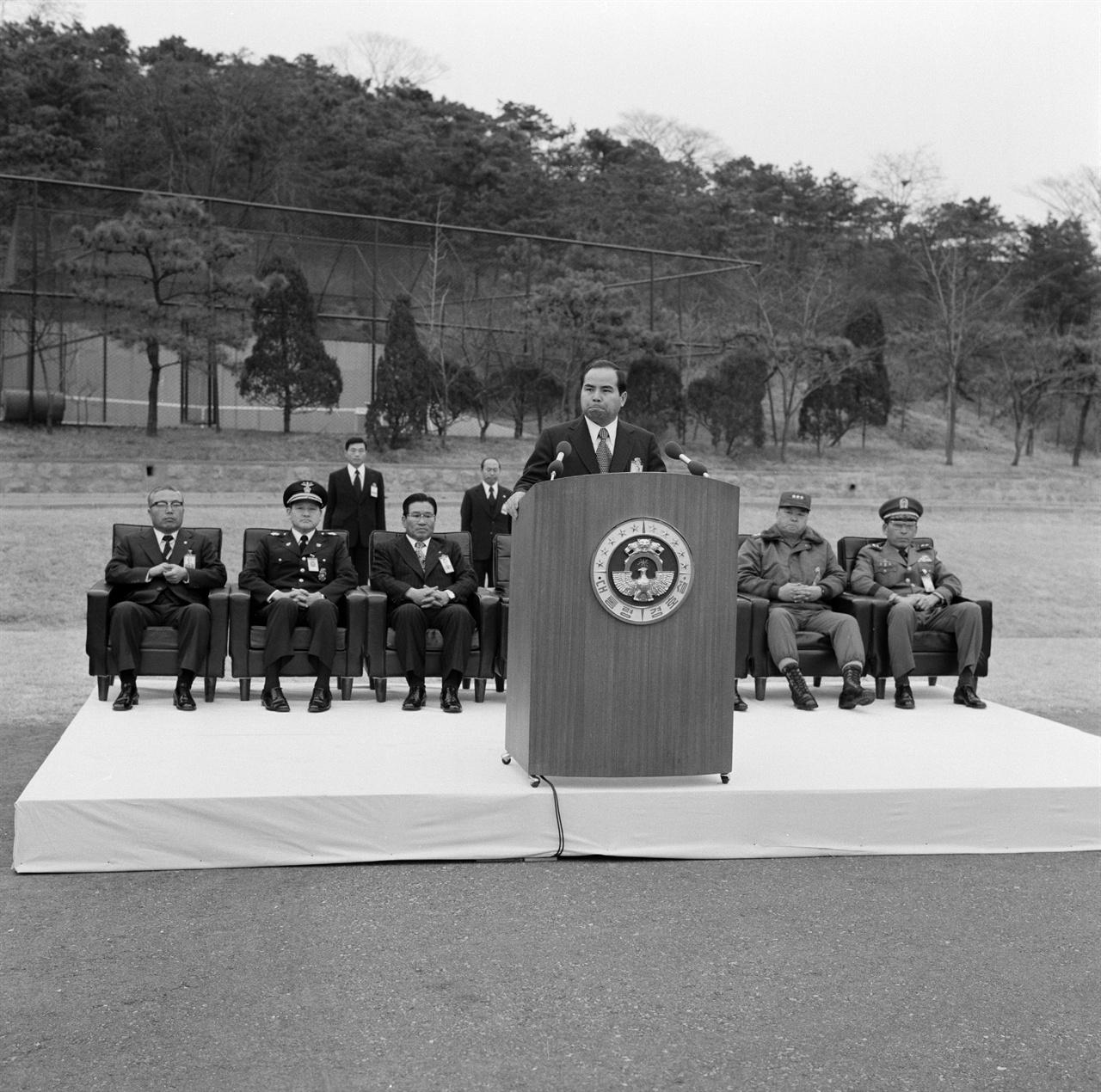 청와대 경호실장 차지철 1974년 12월 27일 대통령 경호실 창설기념식에서 연설하는 차지철의 모습이다. 경호실장이 된 뒤 장관급으로 경호실장을 격상시키고 현역 소장을 경호실 차장으로 두었다. 비상시에는 경호실이 수도경비사령부를 지휘할 수 있도록 했다. 차지철의 '월권'은 결국 10.26으로 이어졌다.