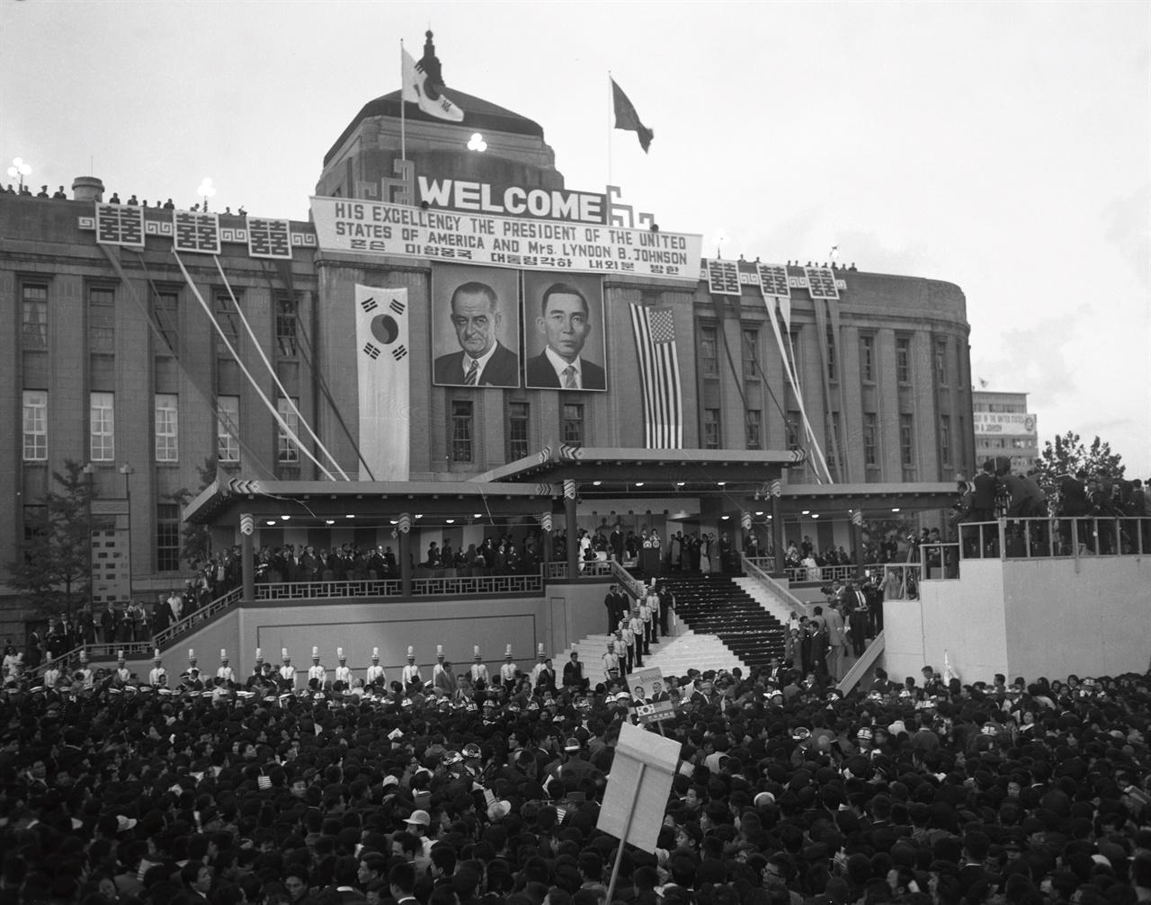린든 존슨 대통령 방한 환영 시민대회 1966년 10월 31일 한국을 방문한 미국의 린든 존슨 대통령. 그의 방한은 뜻밖의 파장을 일으켰다. 소공동 슬럼가가 방송을 타면서 화교가 밀집한 '차이나타운'의 재개발로 이어졌다.