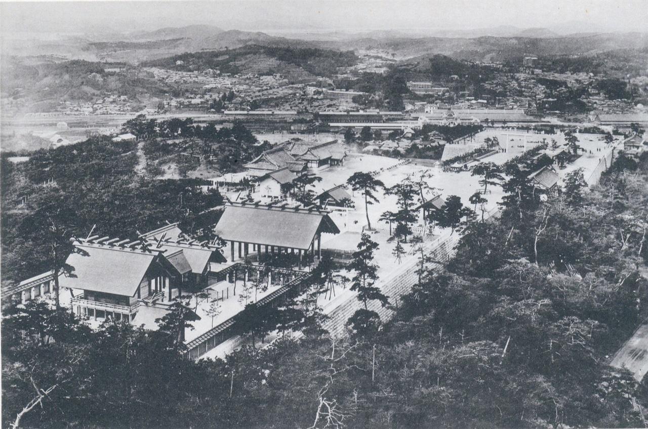 남산 위에서 내려다 본 조선신궁 1926년 촬영한 사진으로 상중하 3단으로 이뤄진 조선신궁의 '상단' 모습이다. 조선신궁 너머로 경성역, 애오개, 만리재, 한강까지의 풍경이 담겨 있다.