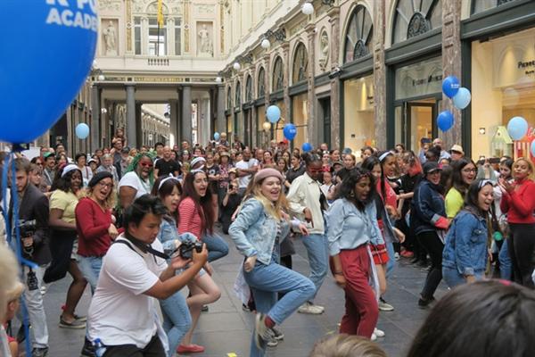 브뤼셀 시내 한복판에서 케이팝을 부르며 케이팝 댄스를 추는 유럽 젊은이들