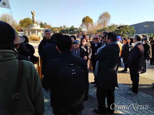 청와대 앞 분수대에서 황교안 자유한국당 대표가 무기한 단식 투쟁에 들어간 가운데, 그를 보기 위해 다수의 당원과 지지자들이 모여 들었다. 그러나 이들 중 일부는 서로 다툼을 벌이며 언성을 높이기도 했다.