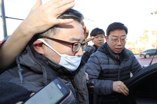 3억원대 뇌물 혐의, 성 접대 혐의와 관련해 1심 무죄를 선고받은 김학의 전 법무부 차관이 22일 오후 서울 동부구치소에서 석방되어 나오고 있다.